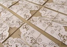 invitación de boda con craft y blonda de papel